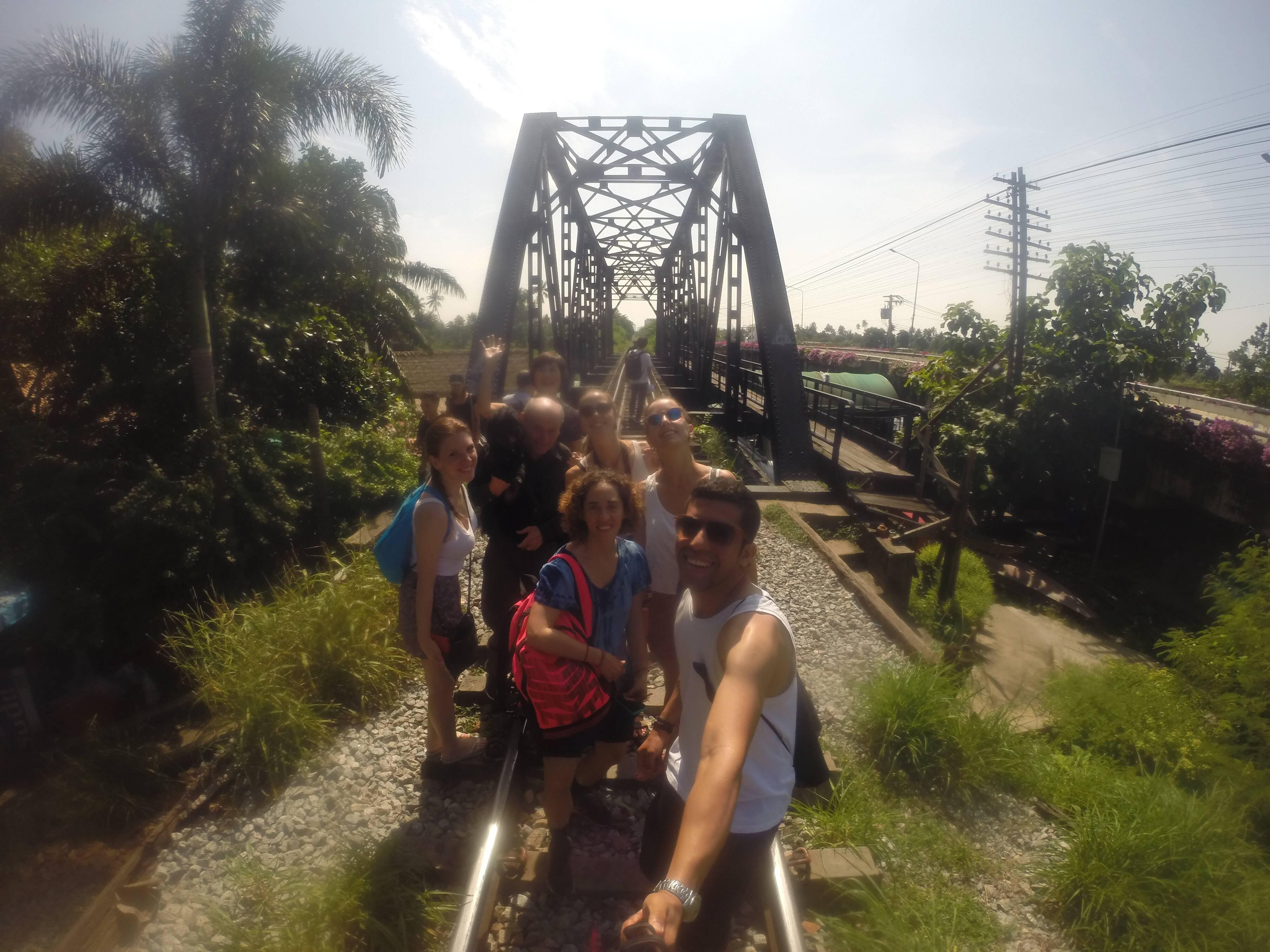 """Em frente à famosa ponte na """"linha da morte"""" - Taling Chan"""
