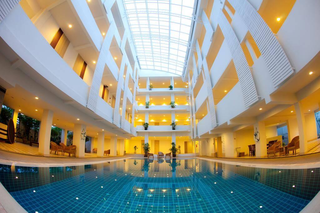 Trang Hotel - piscina em Bangkok