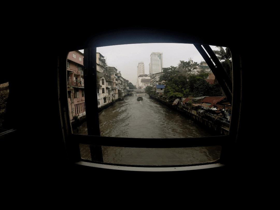 Paisagem da janela do trem indo para Ayutthaya - o que fazer em Bangkok
