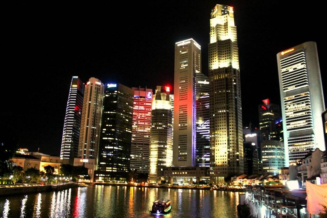 Prédios da iluminada região central de Singapura. Onde ficar em Singapura