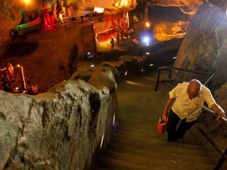 Batu Caves - Ramayana cave - senhor subindo escada