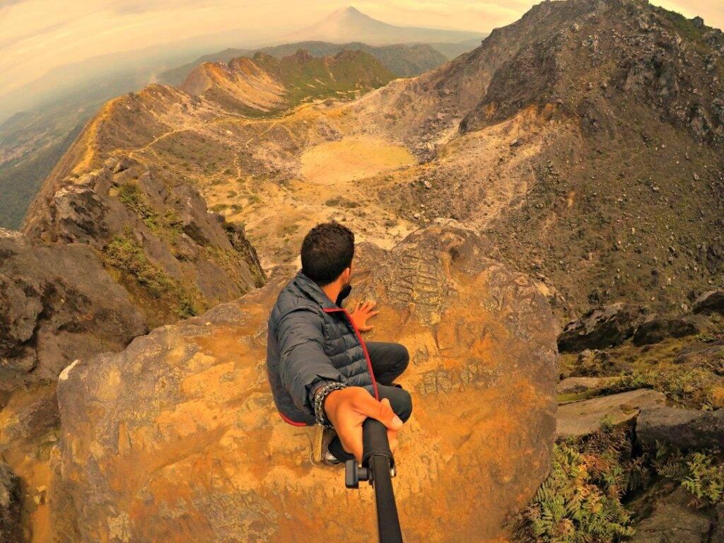 No topo do vulcão Sibayak, assistindo a erupção do Vulcão Sinabung, ao fundo. Dez imagens