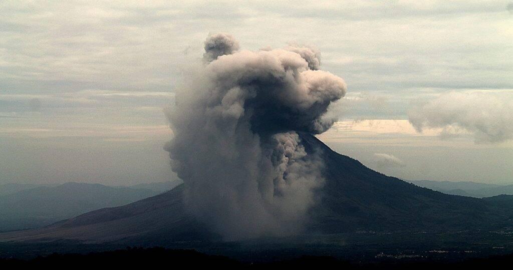 A erupção do vulcão Sinabung, vista desde o vulcão Sibayak, na região de Berastagi, em Sumatra, Indonésia - um dos desastres naturais mais comuns da Indonésia e que pode afetar muitas famílias e o roteiro dos viajantes