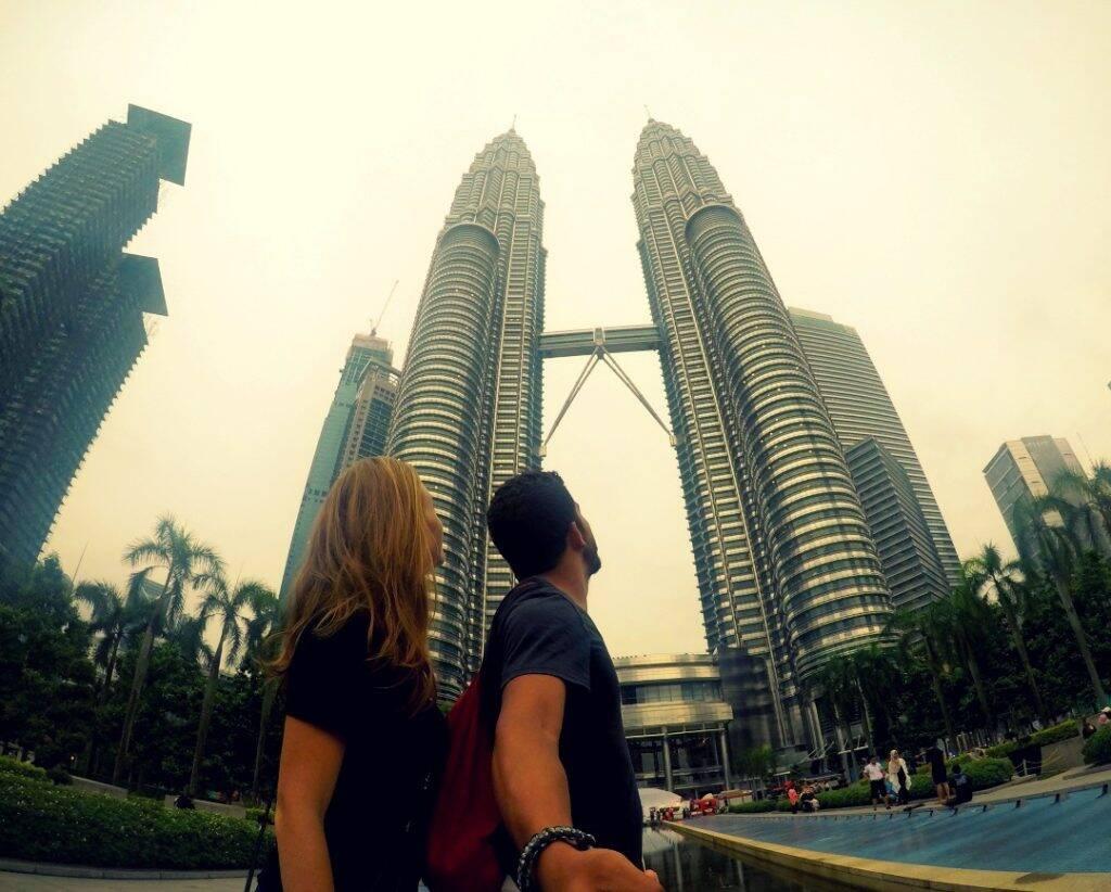 Em frente as Petrona Towers, as maiores torres gêmeas do mundo - Mergulhando em Koh Tao, Tailândia. dez imagens