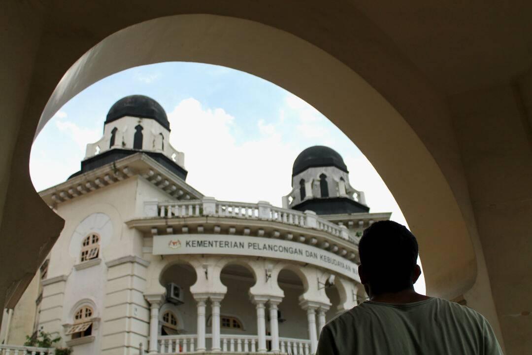 Entre os diversos monumentos e templos de Kuala Lumpur.  