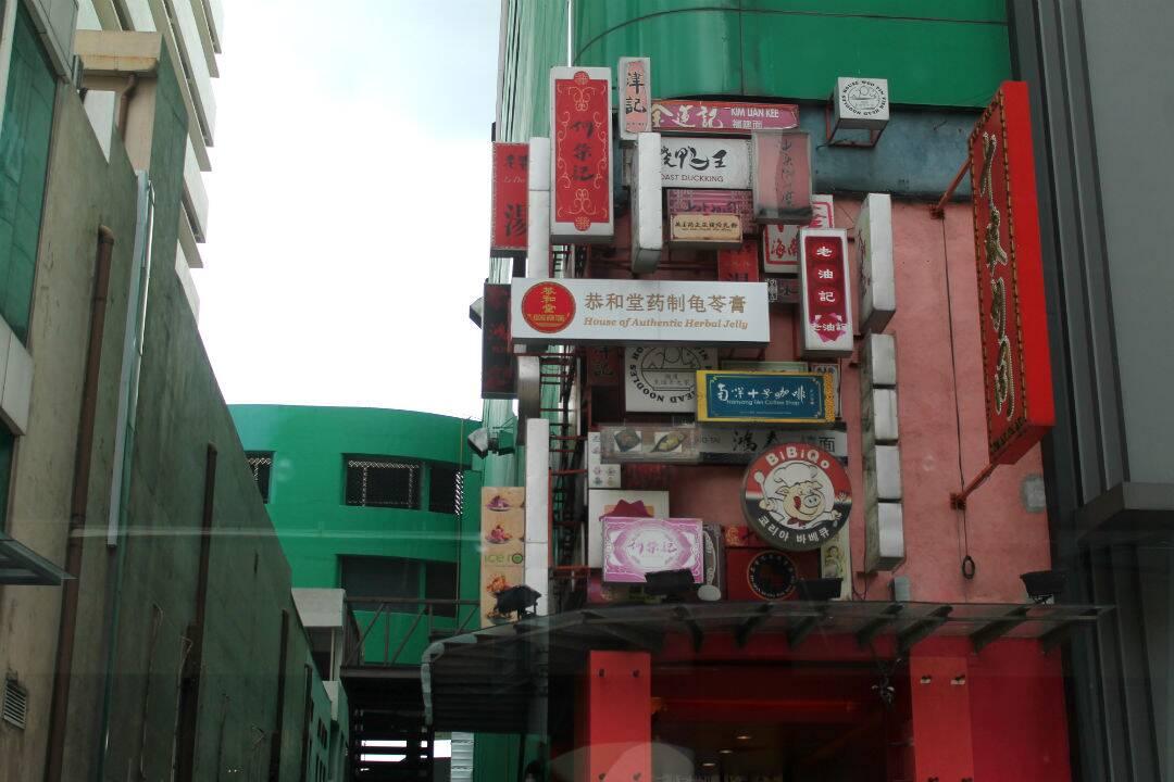 Dezenas de placas de Chinatown - onde ficar em Kuala Lumpur