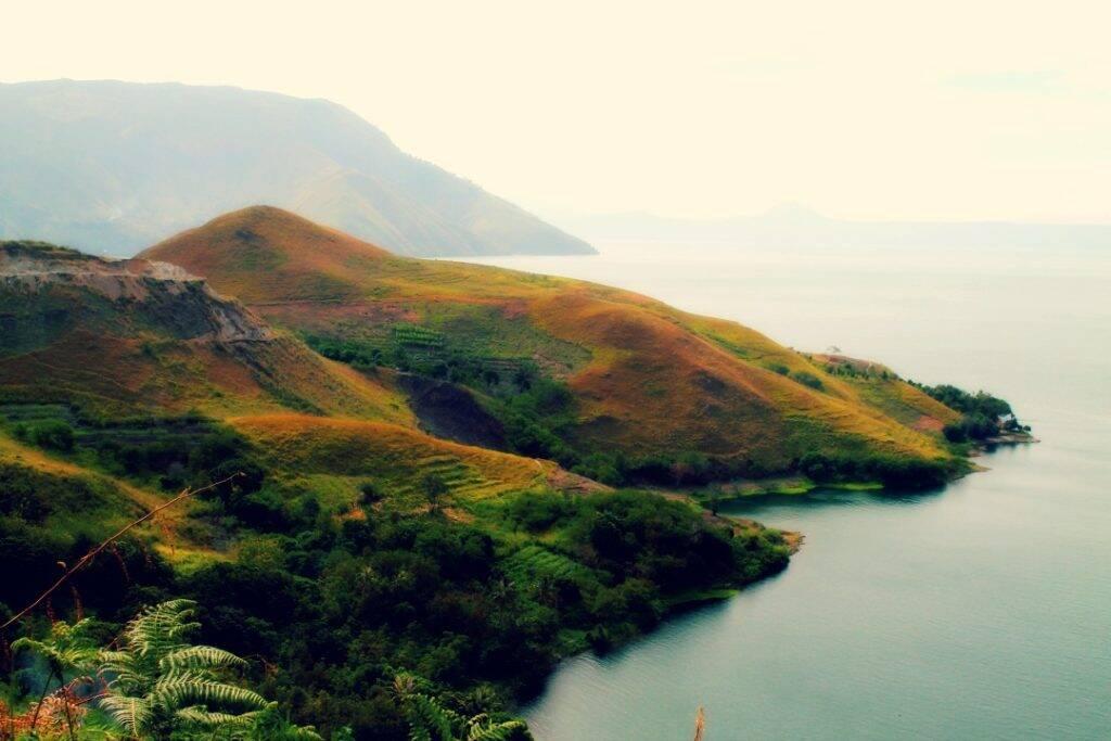 Vista de Samosir para o Lago Toba, maior lago vulcânico do mundo. dez imagens