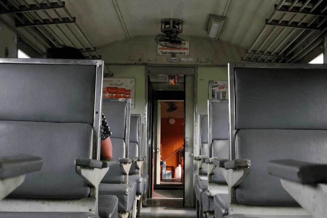Vagão de trem na Tailândia - ordinary train