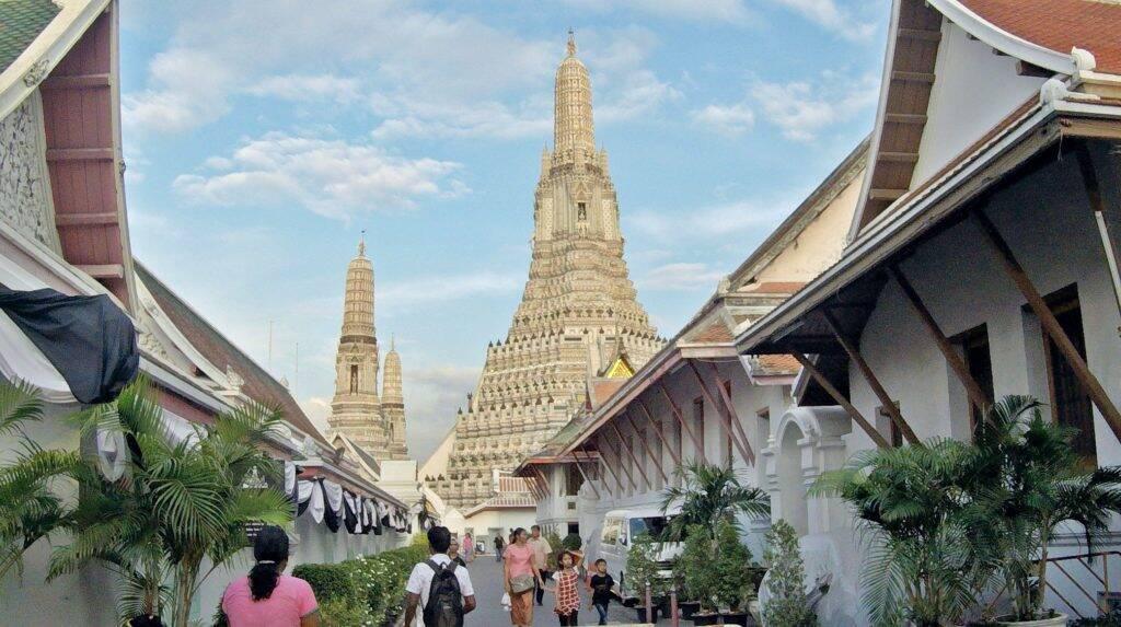Wat Arun visto de longe em Bangkok (Tailândia)