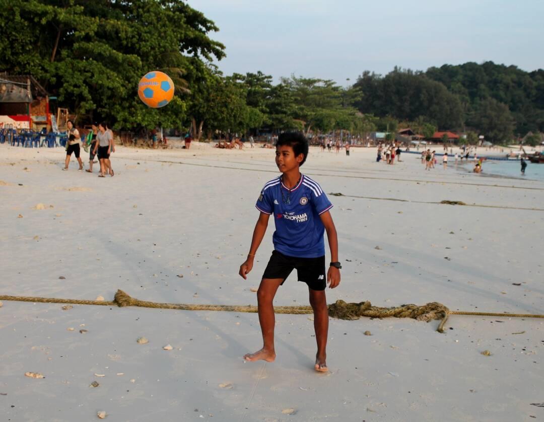 Futebol na Pattaya Beach com os tailandeses