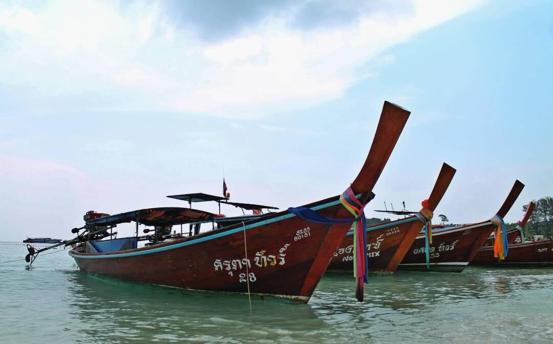 Os longtail boats - símbolo das ilhas da Tailândia   Foto: @passeiosemphiphi