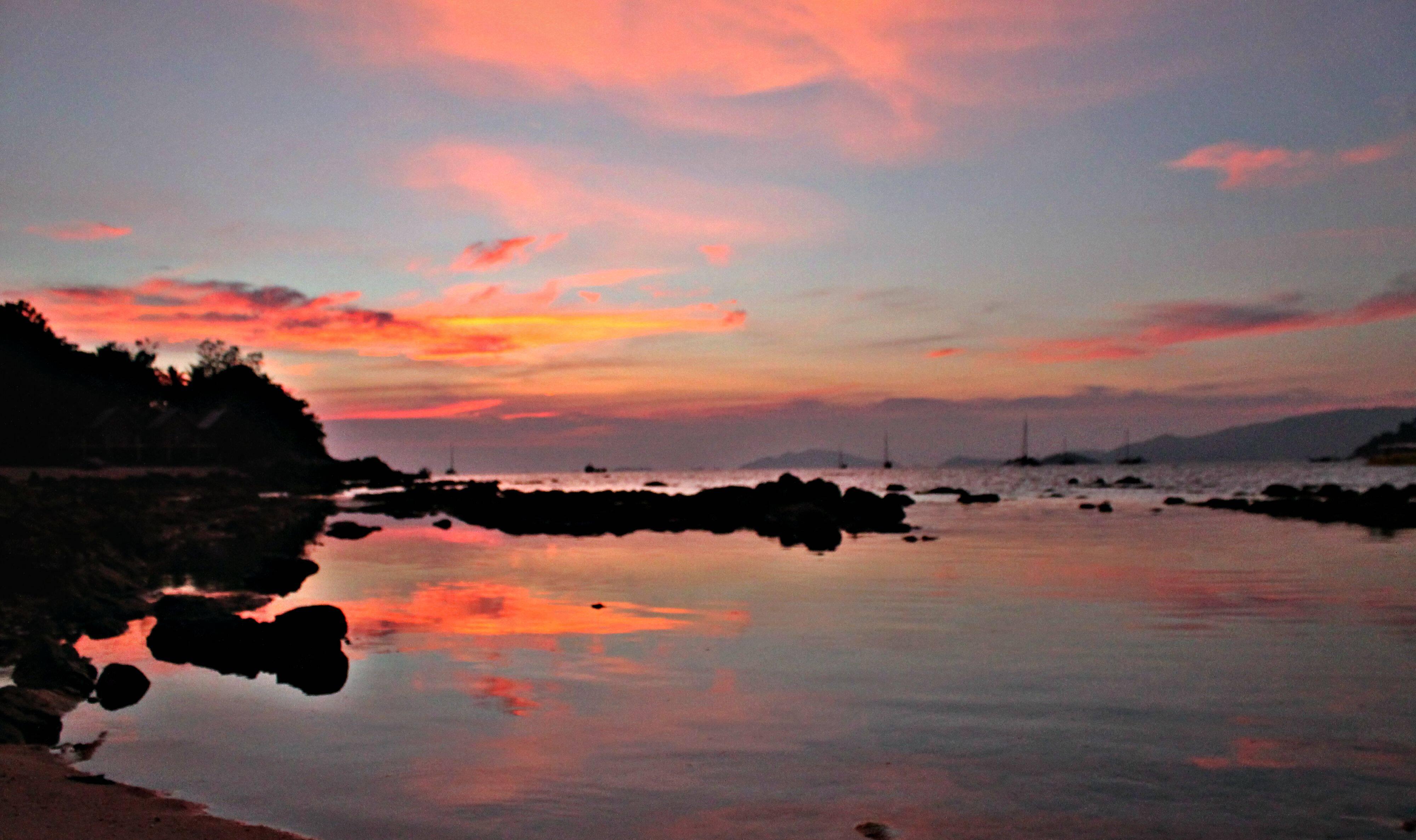 Lado direito da Sunset Beach ao vermelho do pôr do sol.   Foto: Bruno/@passeiosemphiphi