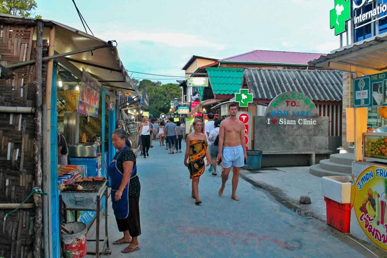 Churrasquinho rolando na Walking Street de Koh Lipe