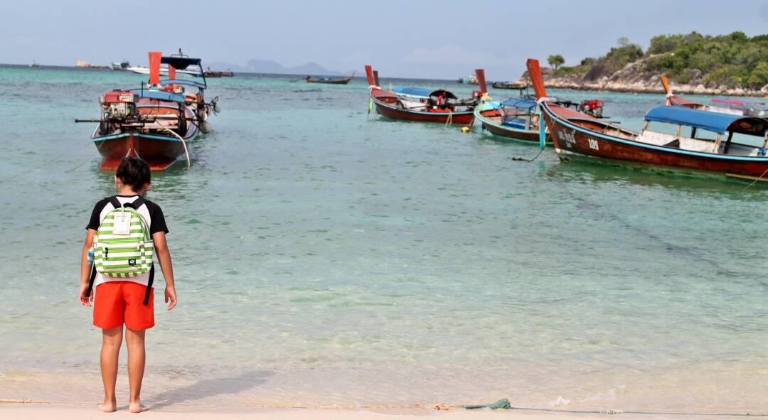 Criança tailandesa e o mar clarinho de Sunrise Beach. | Foto: @passeiosemphiphi