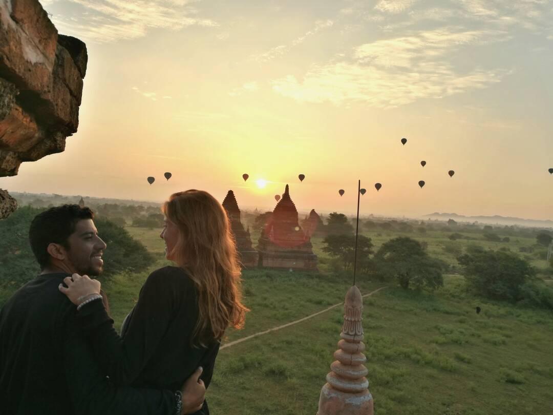 Casal no amanhecer e passeio de balão em bagan no Myanmar