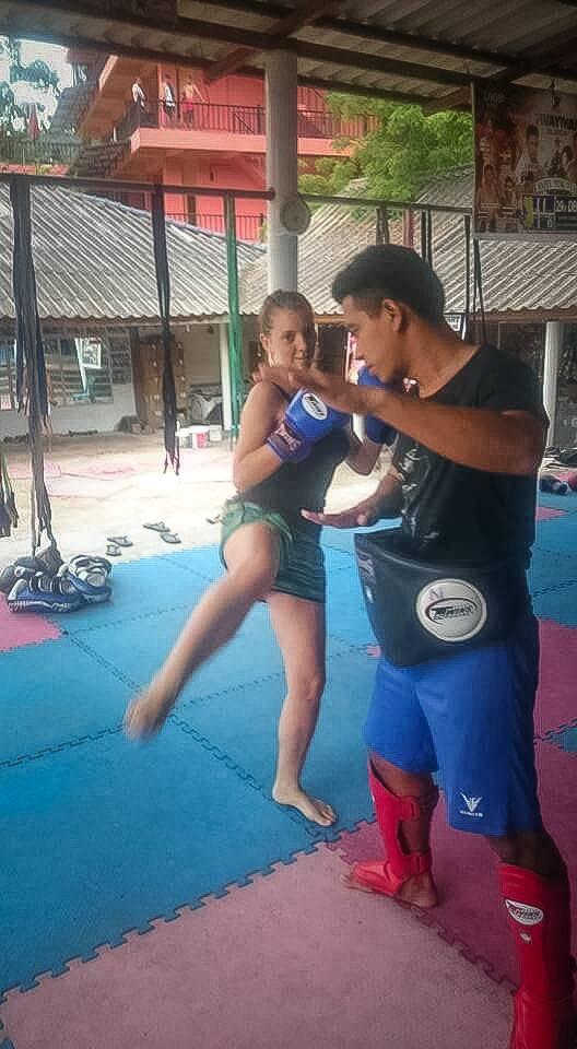Victória fazendo uma aula de Muay Thai