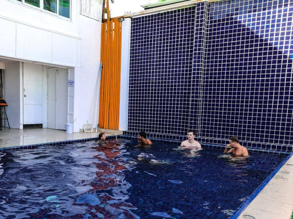 Brincando com a menininha russa na piscina do hotel - emergencia na Tailândia _ World Nomads