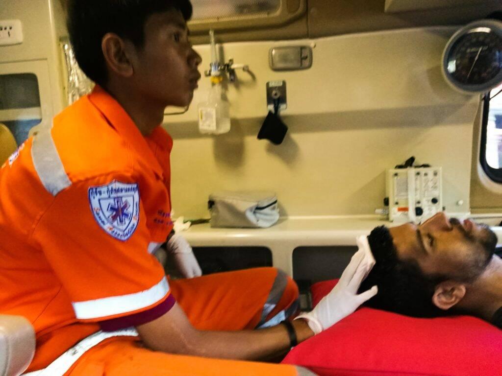 Na ambulância enquanto o enfermeiro trocava a gaze que enchia de sangue - emergência na Tailândia - World Nomads