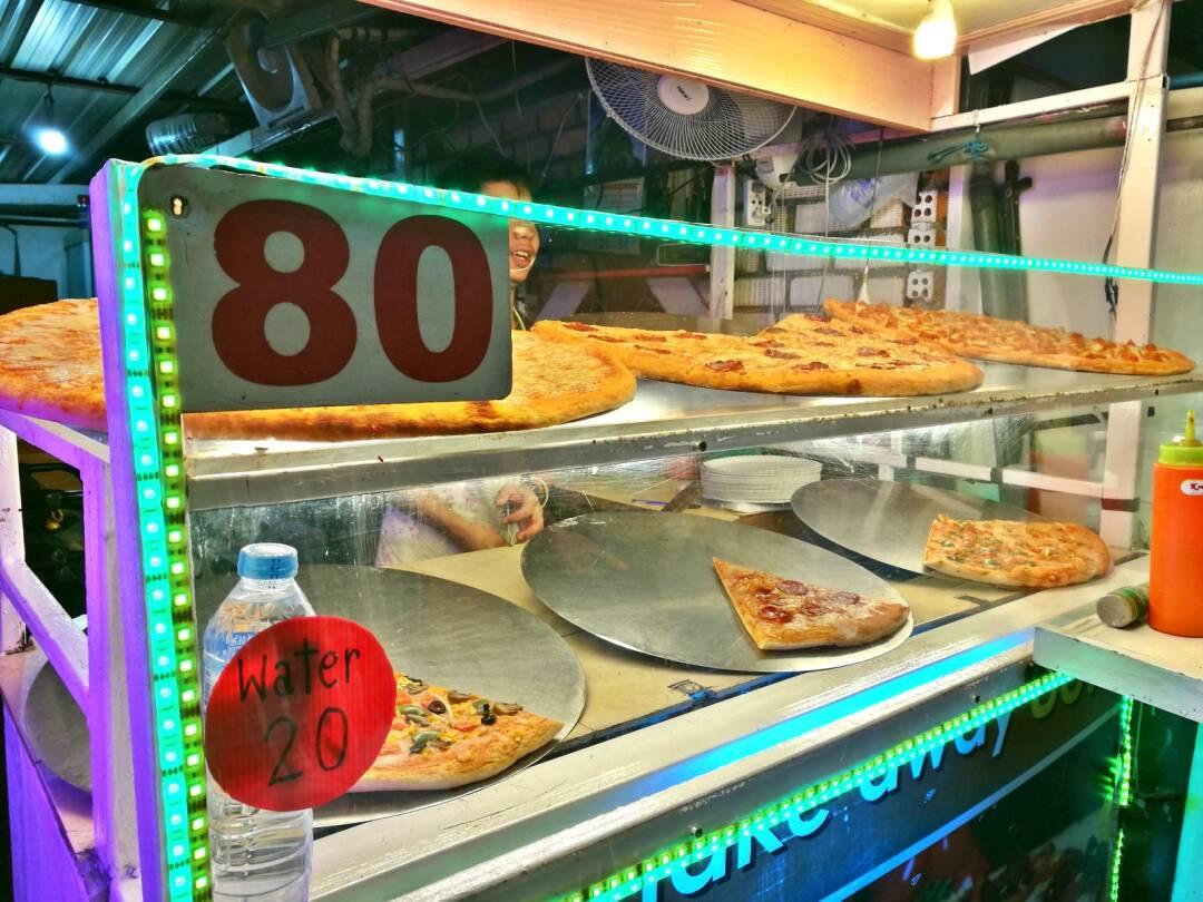A famosa pizza em pedaço nas madrugadas pela ilha da Tailândia