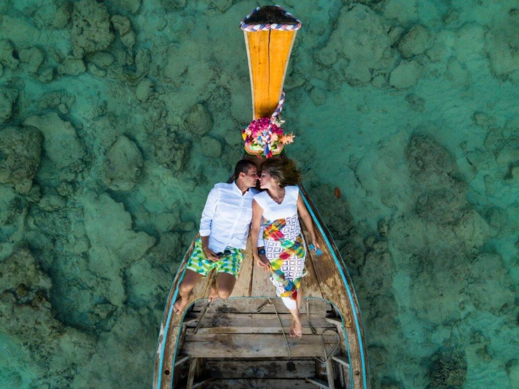 Fotógrafo em Phi Phi, Tailândia - casal em longtail e mar azul com água cristalina