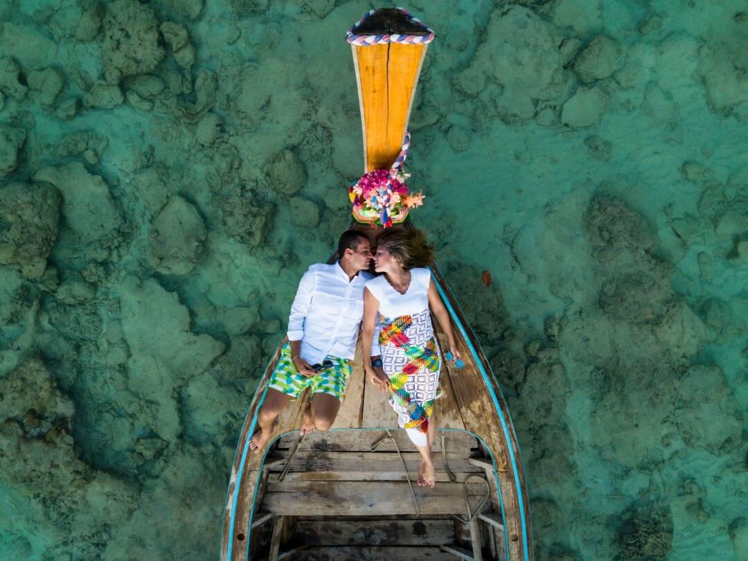 Casal apaixonado em Nui Bay, praia de Phi Phi, Tailândia