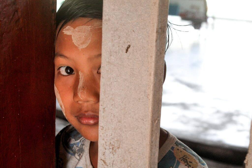 Menino birmanês em uma estação de trem em algum lugar Myanmar.   Foto: Bruno/@naproadavida