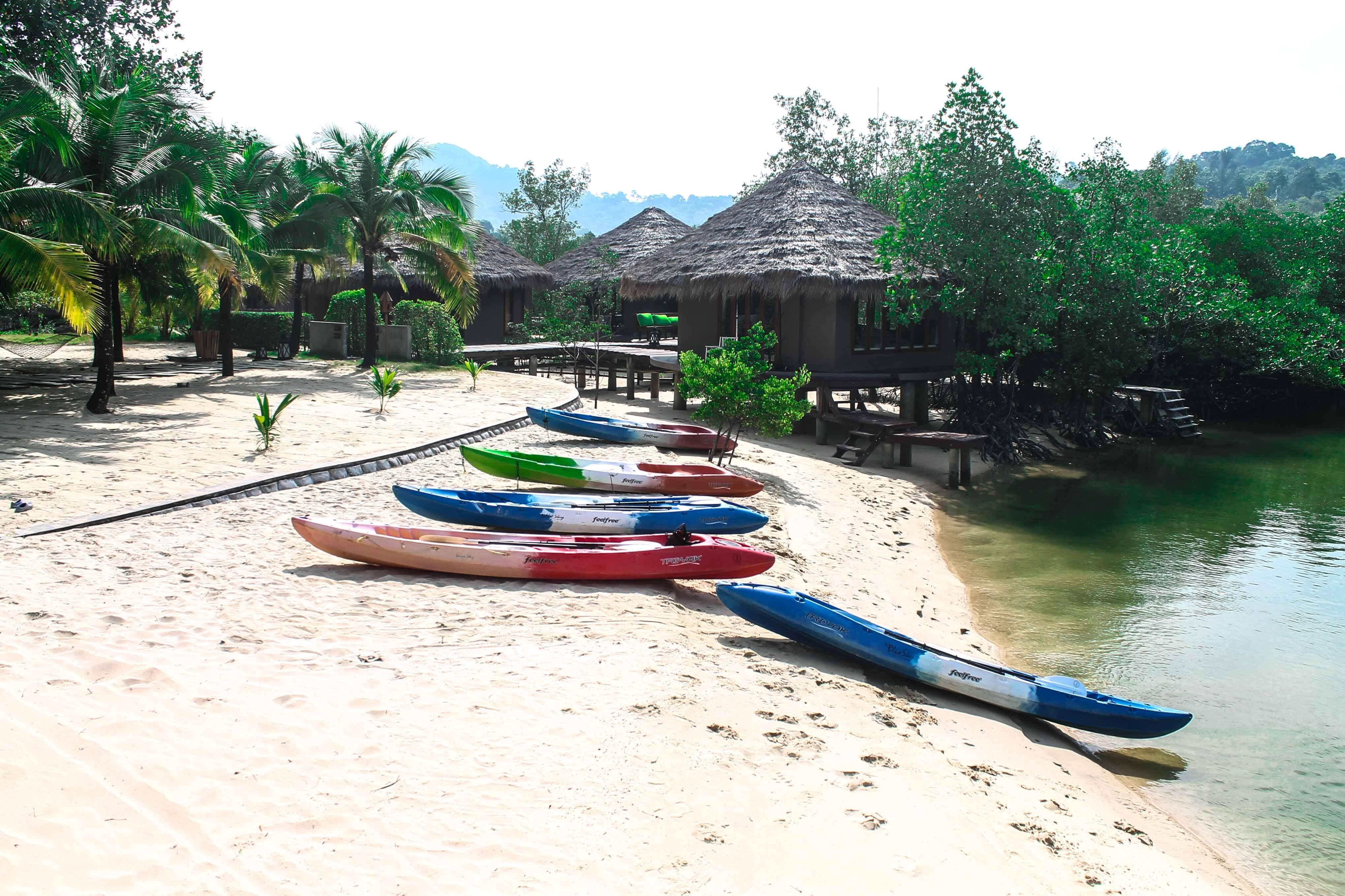 Caiaques em frente a um resort na Tailândia