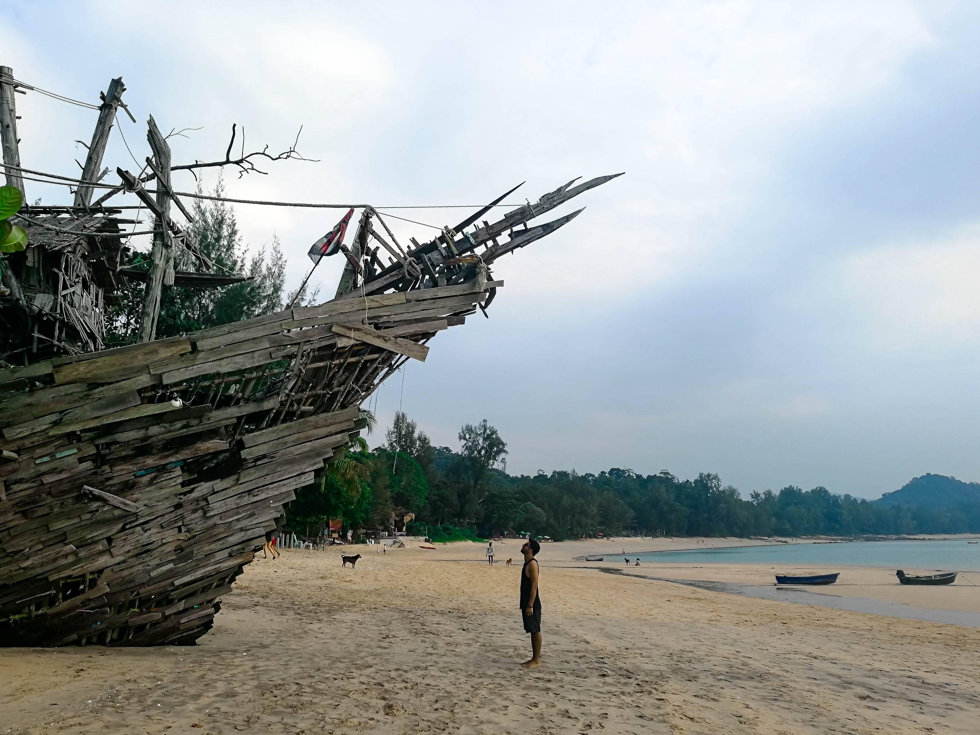A proa do barco em frente ao Hippy Bar, Koh Phayam