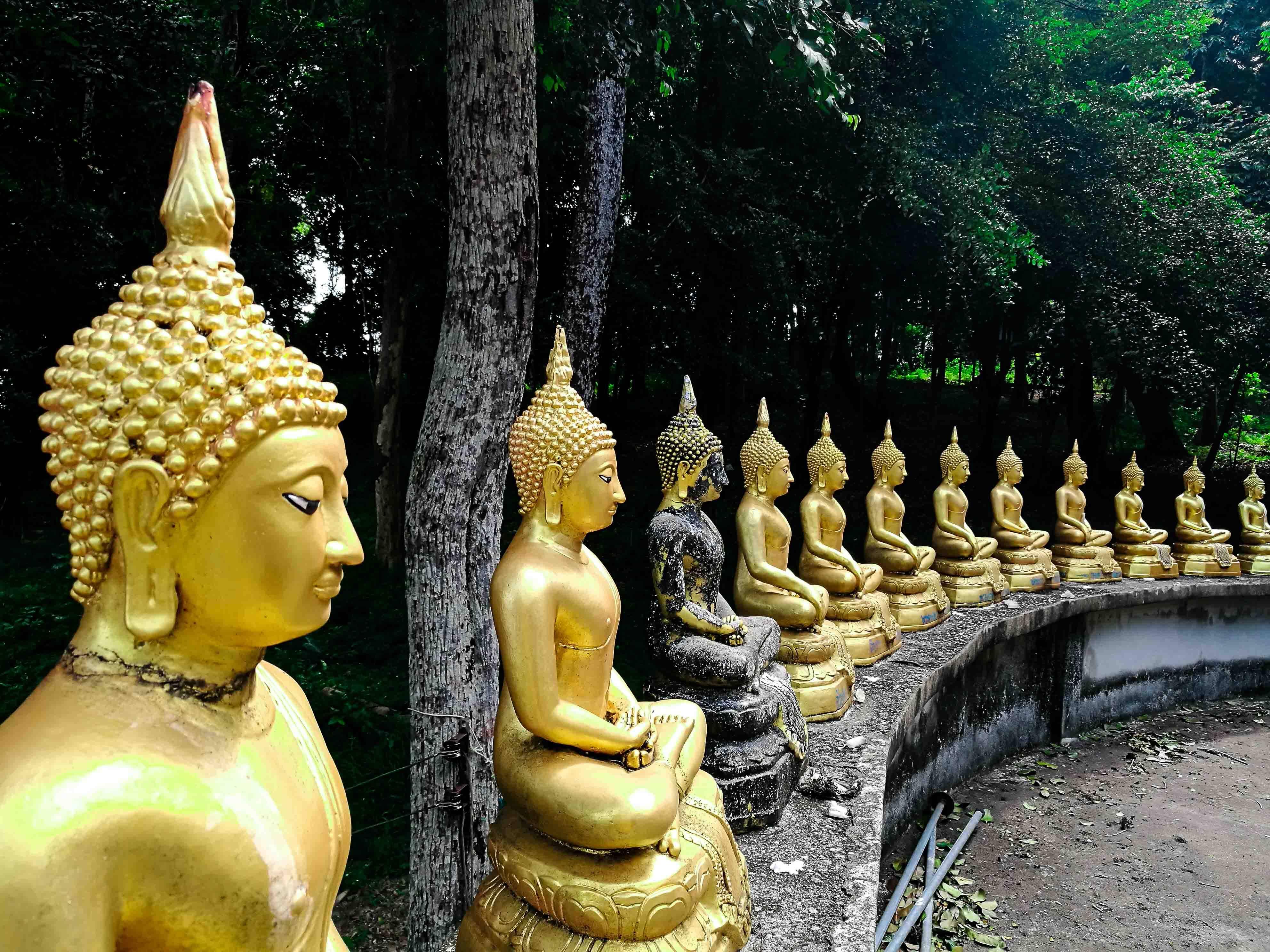 Imagens de Buda no alto do templo budista em Koh Phayam