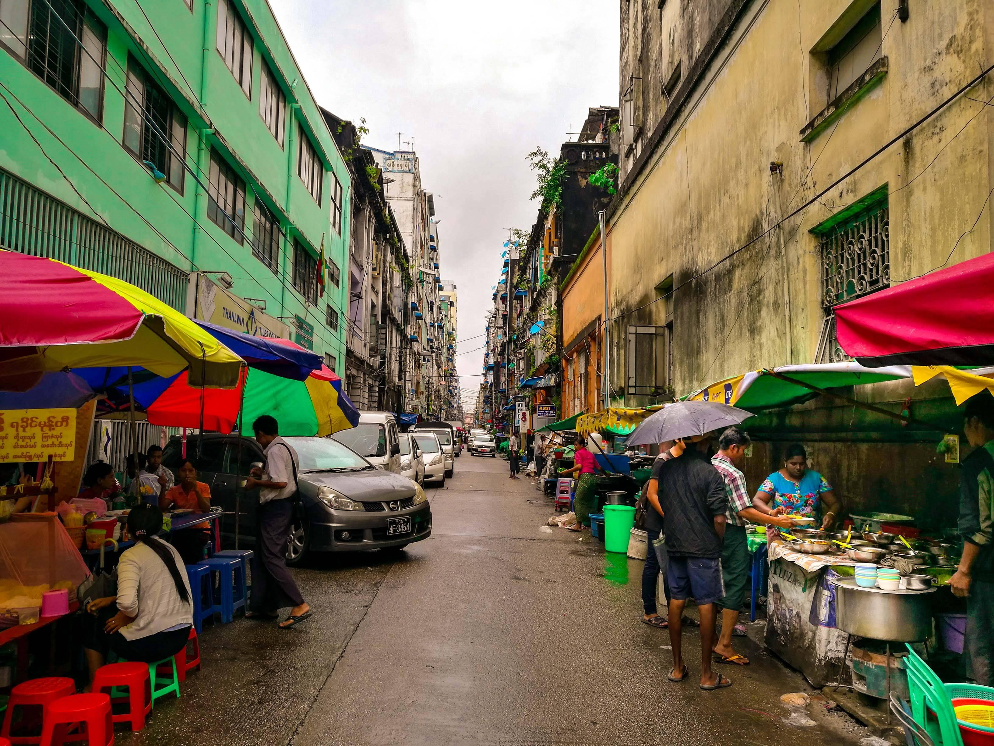 Rua super típica de Yangon, o núcleo financeiro do Myanmar - cidades do Myanmar