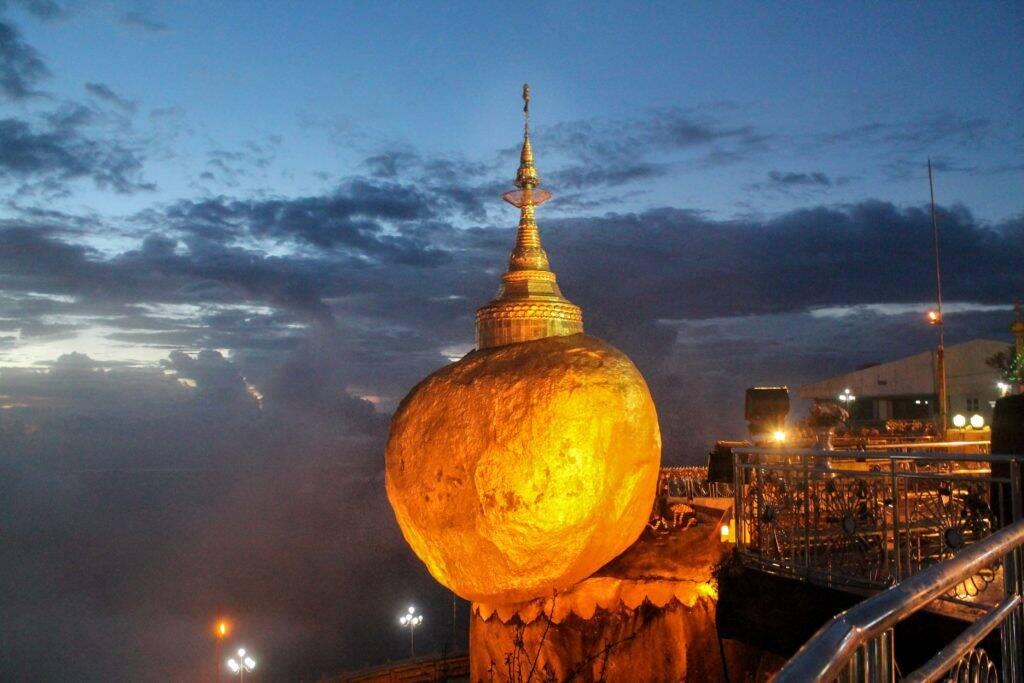 A famosa Golden Rock em Kyaiktiyo Pagoda. - impressões sobre o myanmar