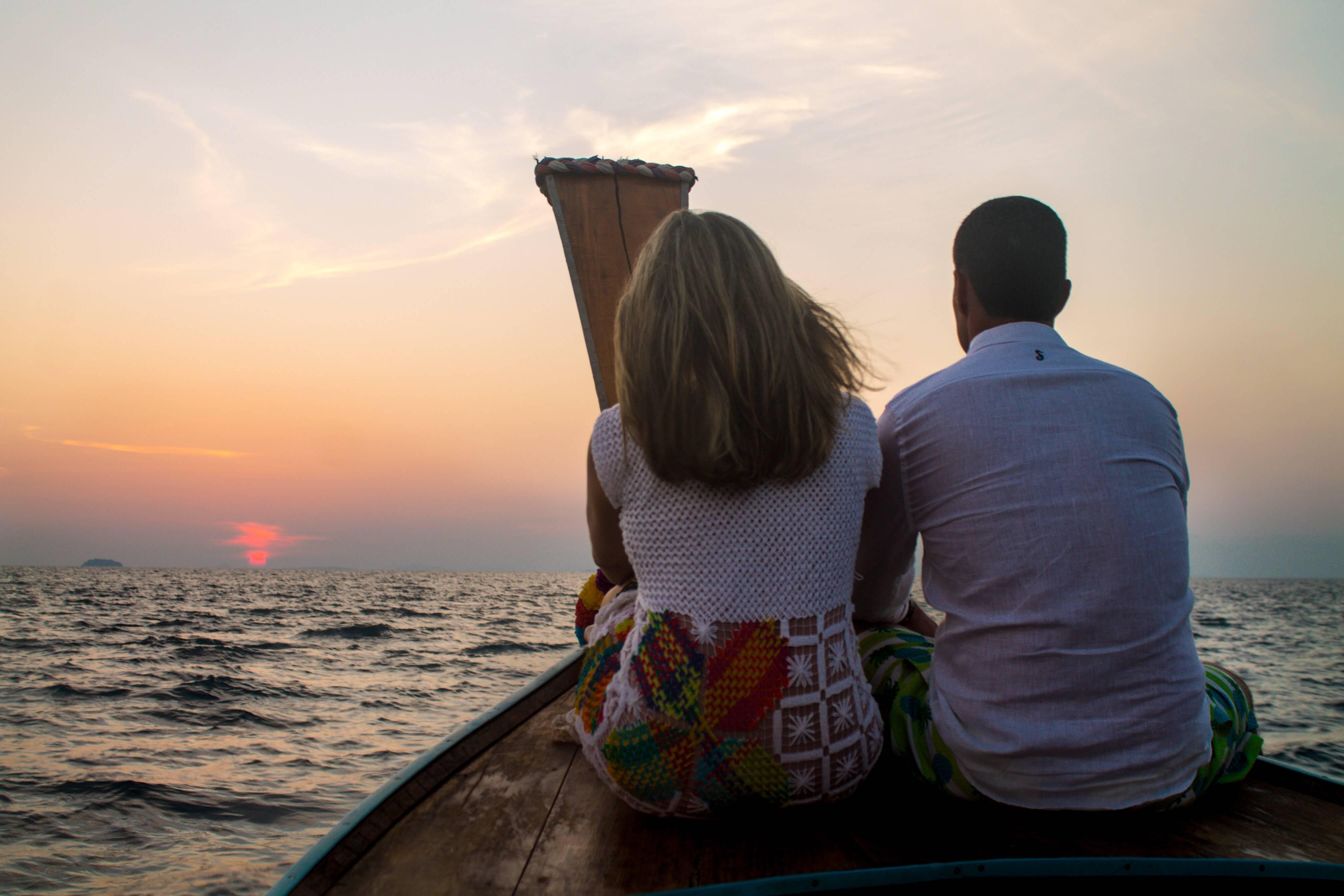 Coisas diferentes para fazer em Koh Phi Phi: assistir o pôr do sol em alto mar