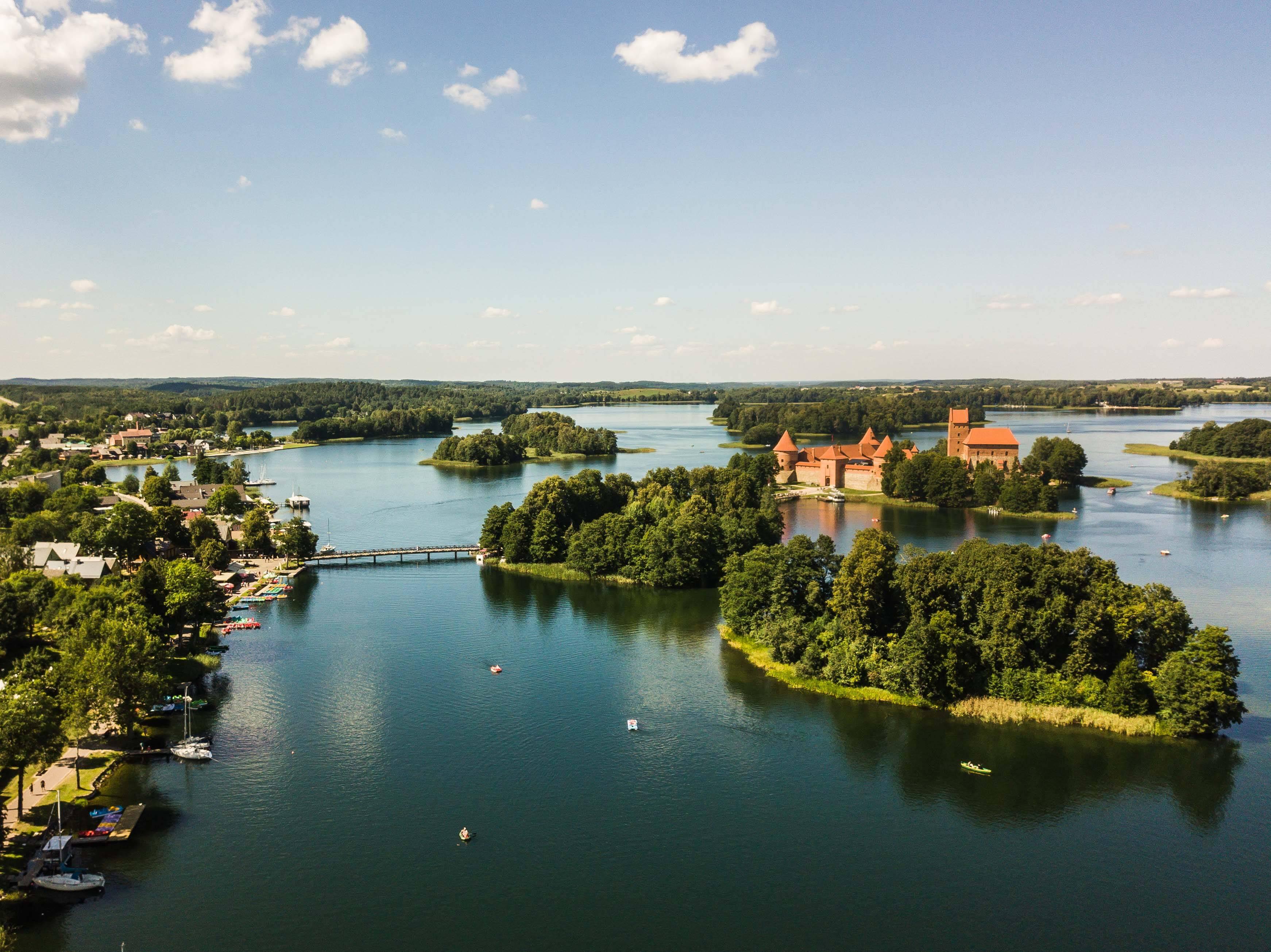 Paisagem de cima do castelo de Trakai na Lituânia