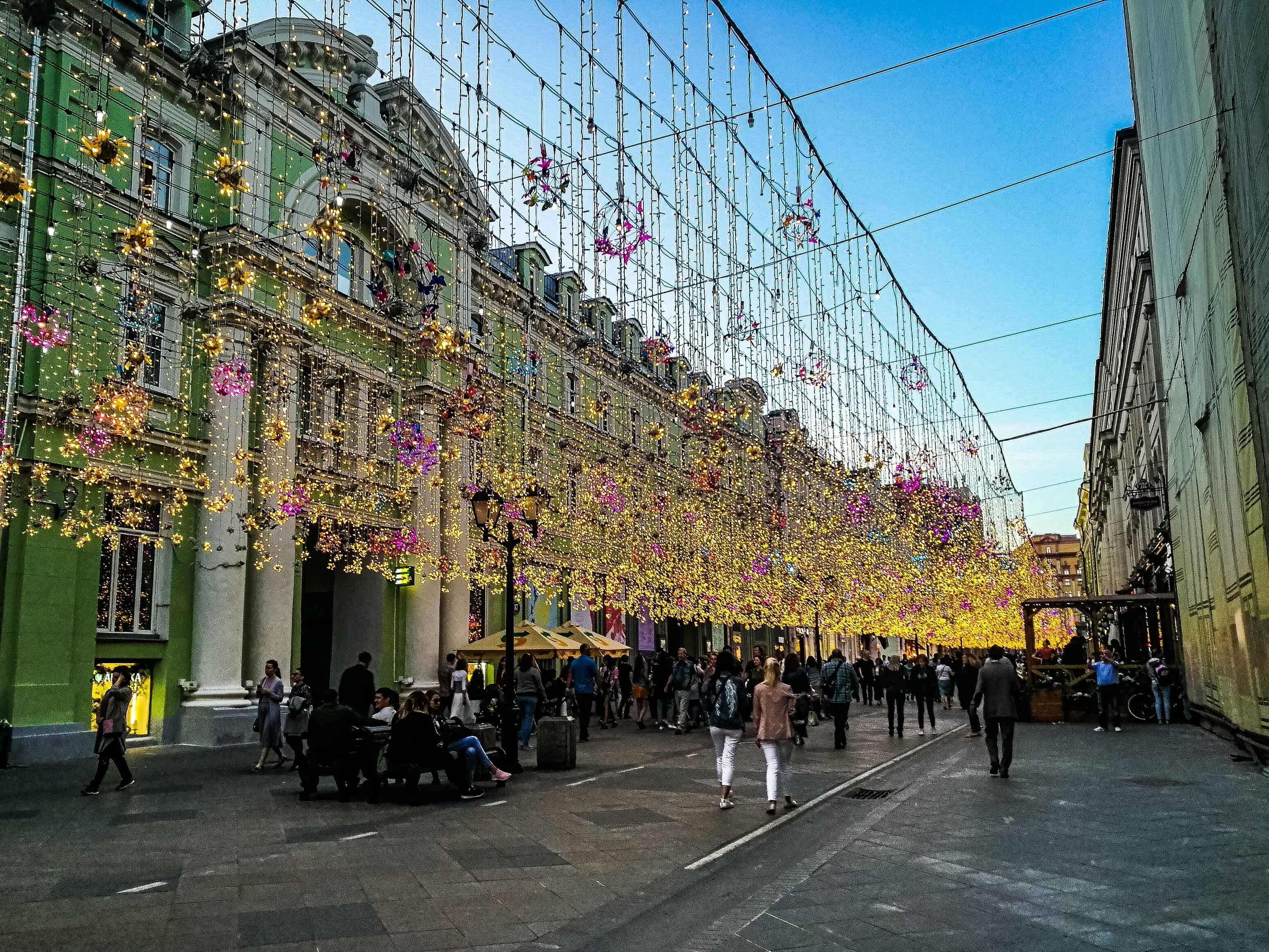 Nikolskaya Street iluminada no coração de Moscou uma das cidades da Rússia para visitar
