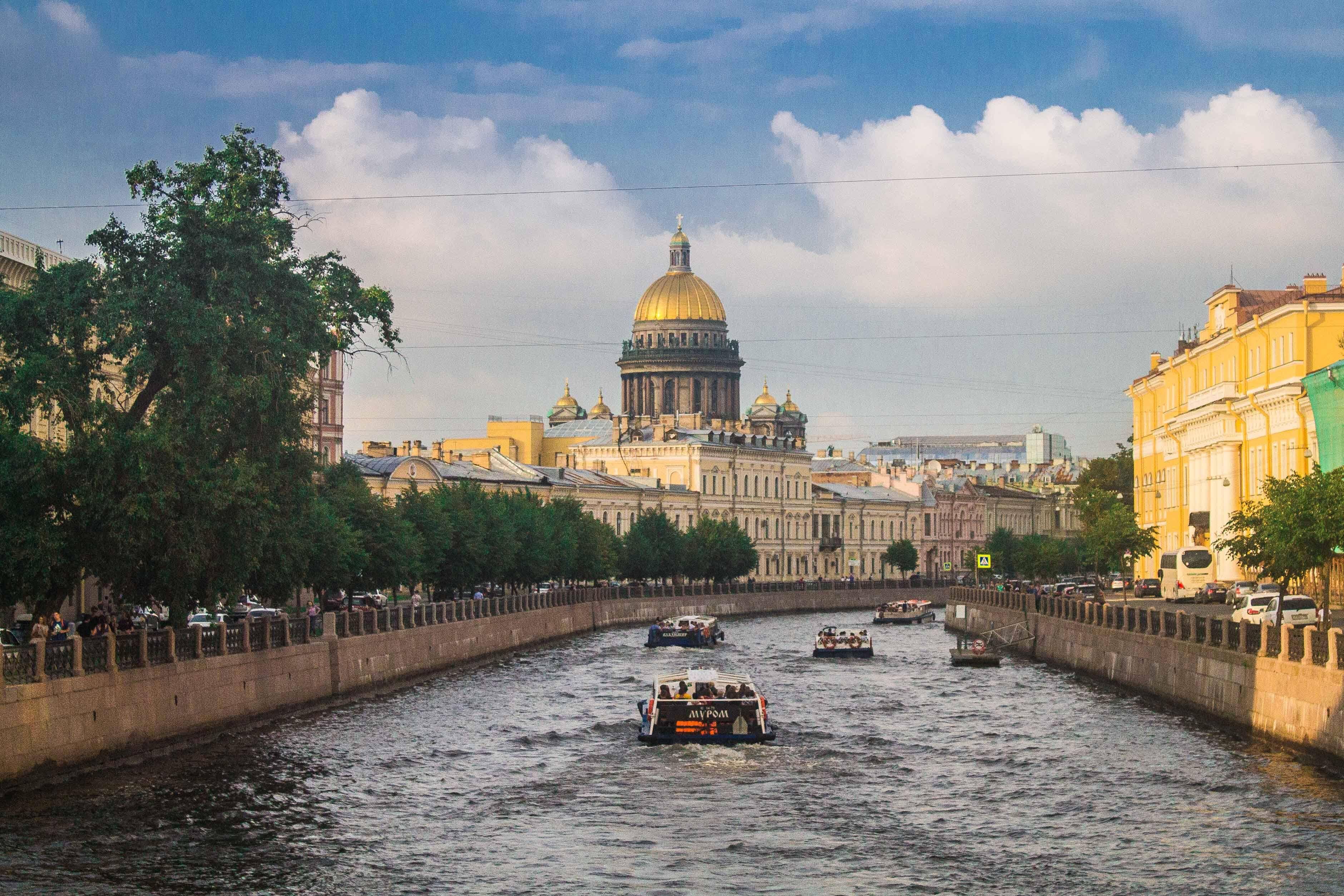 Um dos canais de São Petersburgo com a Catedral de São Isaac ao fundo - cidades da Rússia
