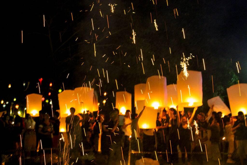 Festival das Lanternas na Tailândia - pessoas soltando as luzes de papel em Chiang Mai no evento pago