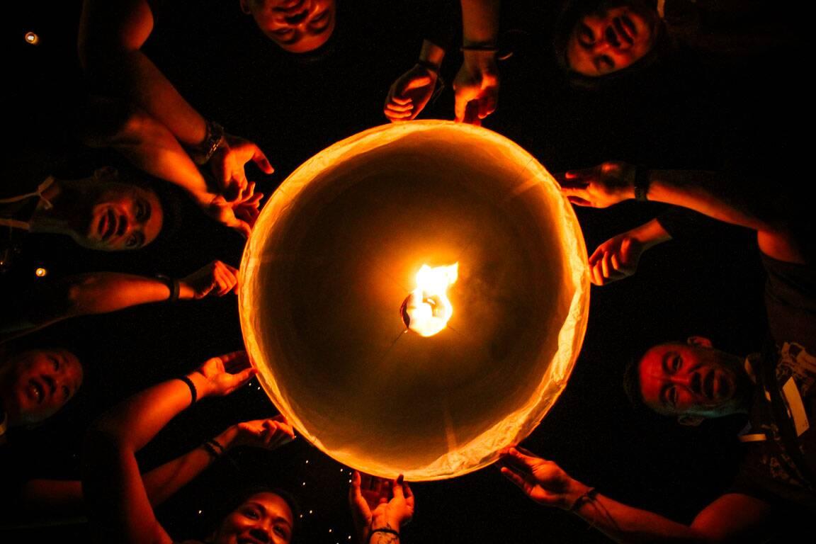 Pessoas participando do Festival das Lanternas na Tailândia - Festival das Lanternas eventos pagos