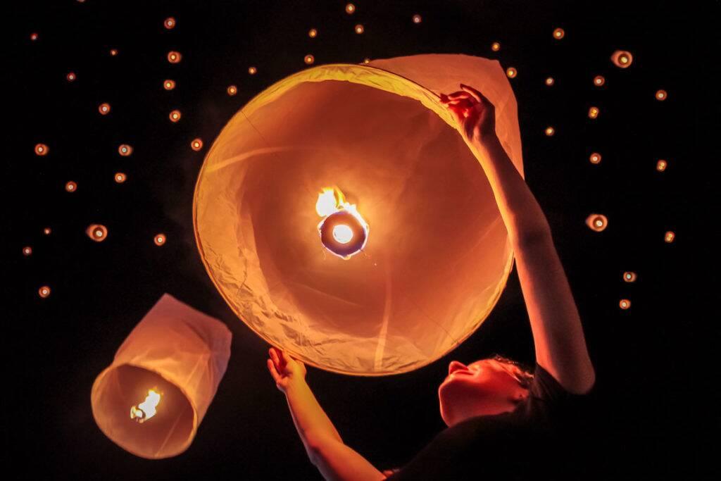 Eu soltando a minha lanterna e chorando de felicidade no Festival das Lanternas em Chiang Mai
