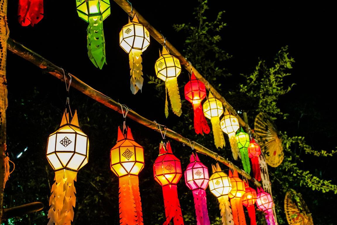Lanternas de decoração para o Loy Krathong em Chiang Mai na Tailândia.