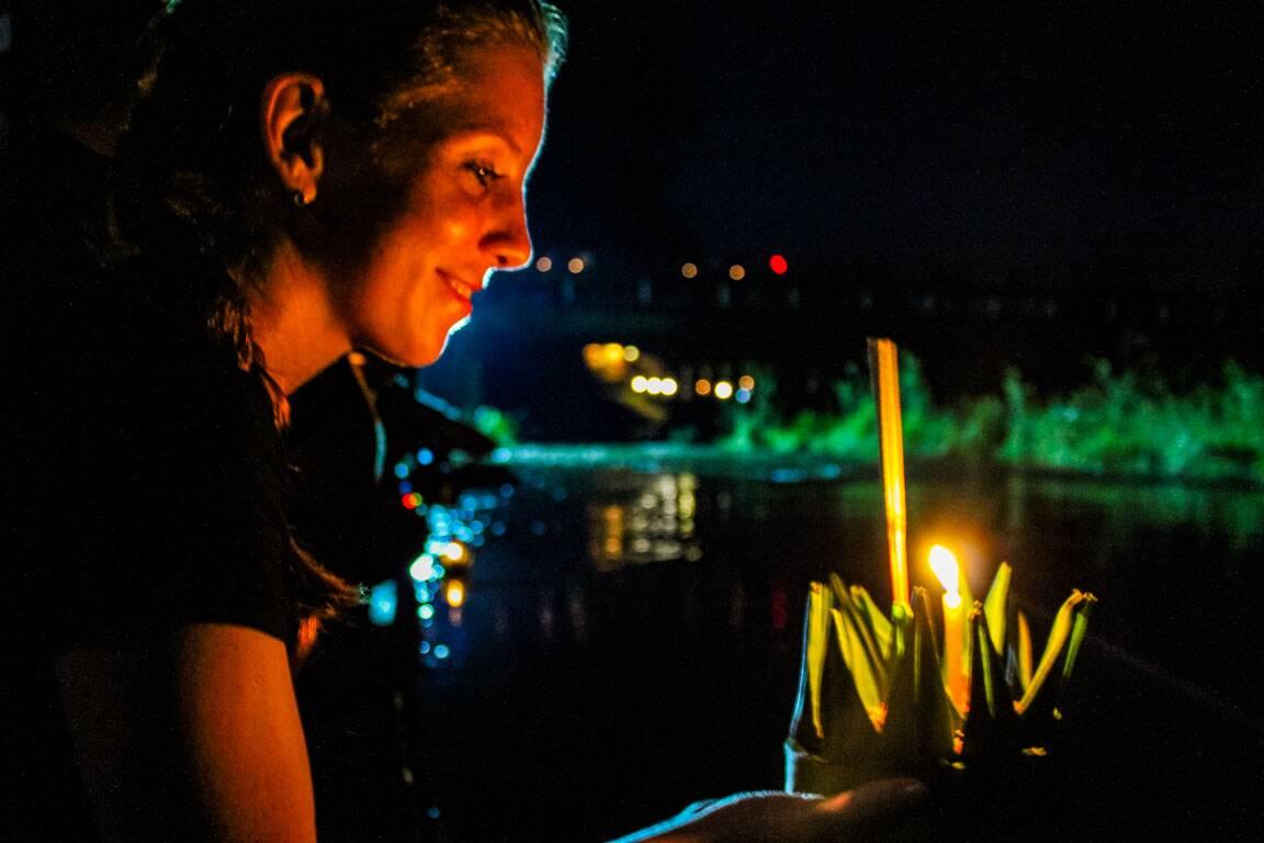 Soltando o Loy Krathong no festival da Tailândia - brasileiros na Tailândia