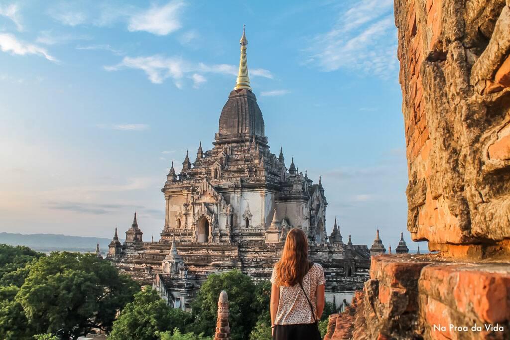 Victória nas ruínas e templos de Bagan, cidade dos balões no Myanmar. | Foto: Bruno