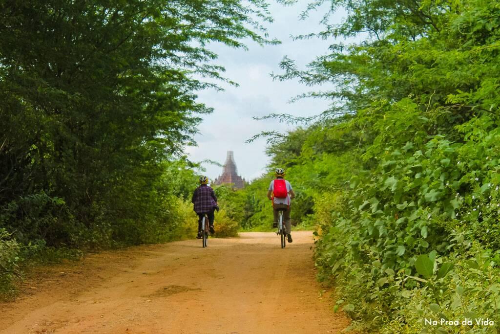 Casal explorando os campos e ruínas de Bagan, no Myanmar.Casal explorando os campos e ruínas de Bagan, no Myanmar.