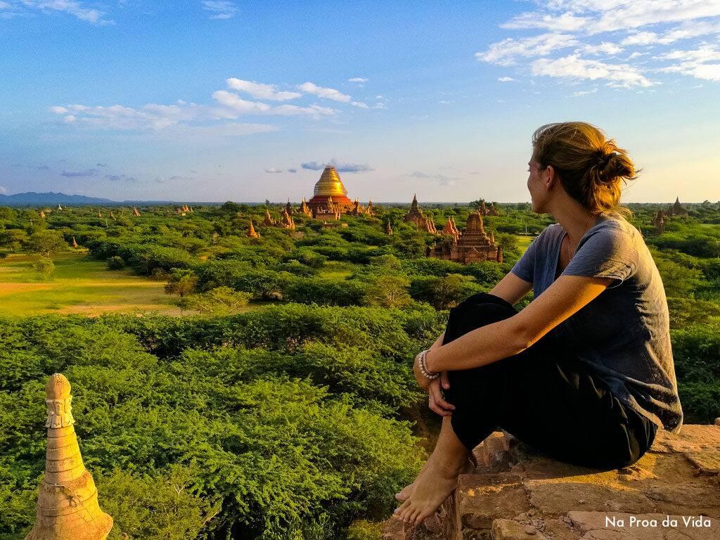 Admirando as ruínas e a vista sobre os milhares de templos de Bagan, no Myanmar.