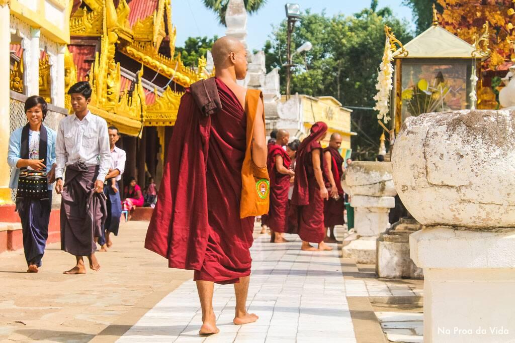 Monges caminhando em um dos templos de Bagan, Myanmar.   Foto: Bruno/@naproadavida
