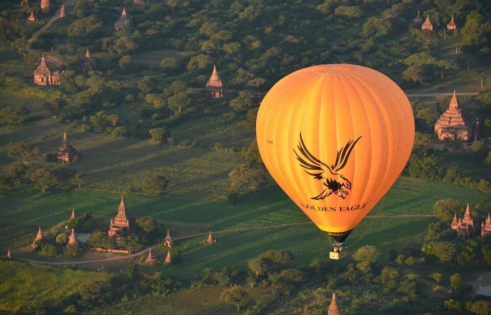 Golden Eagle sobrevoando os milhares de templos em Bagan - passeios em Bagan