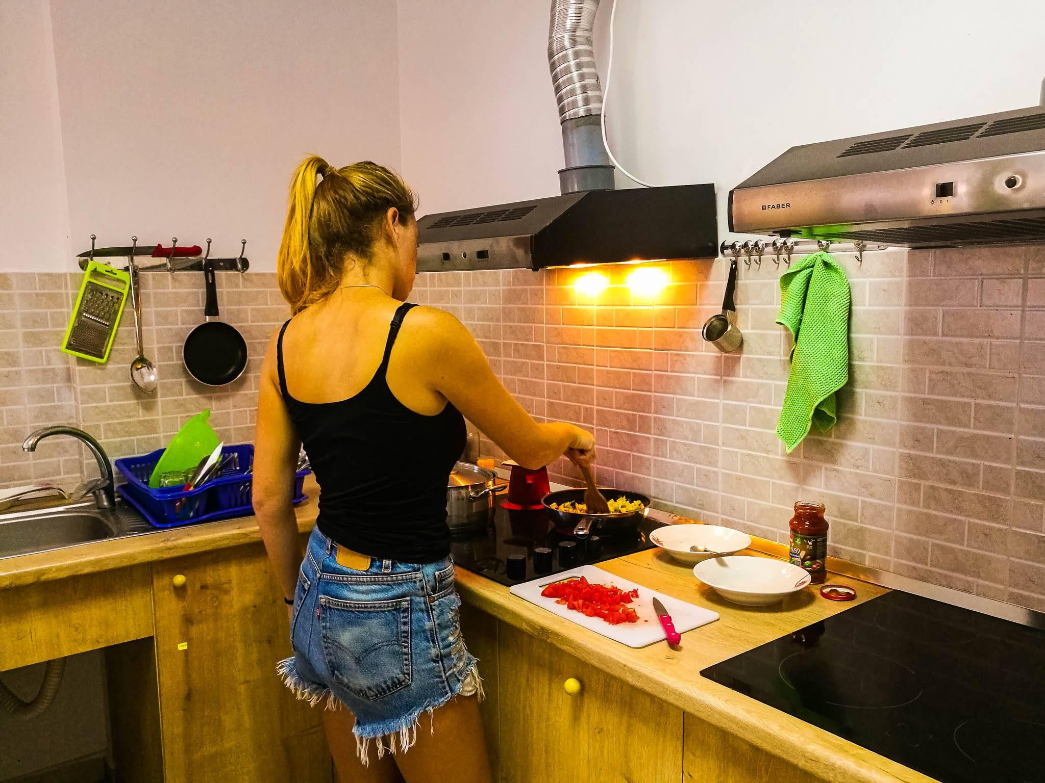 Cozinha do hostel na Albânia