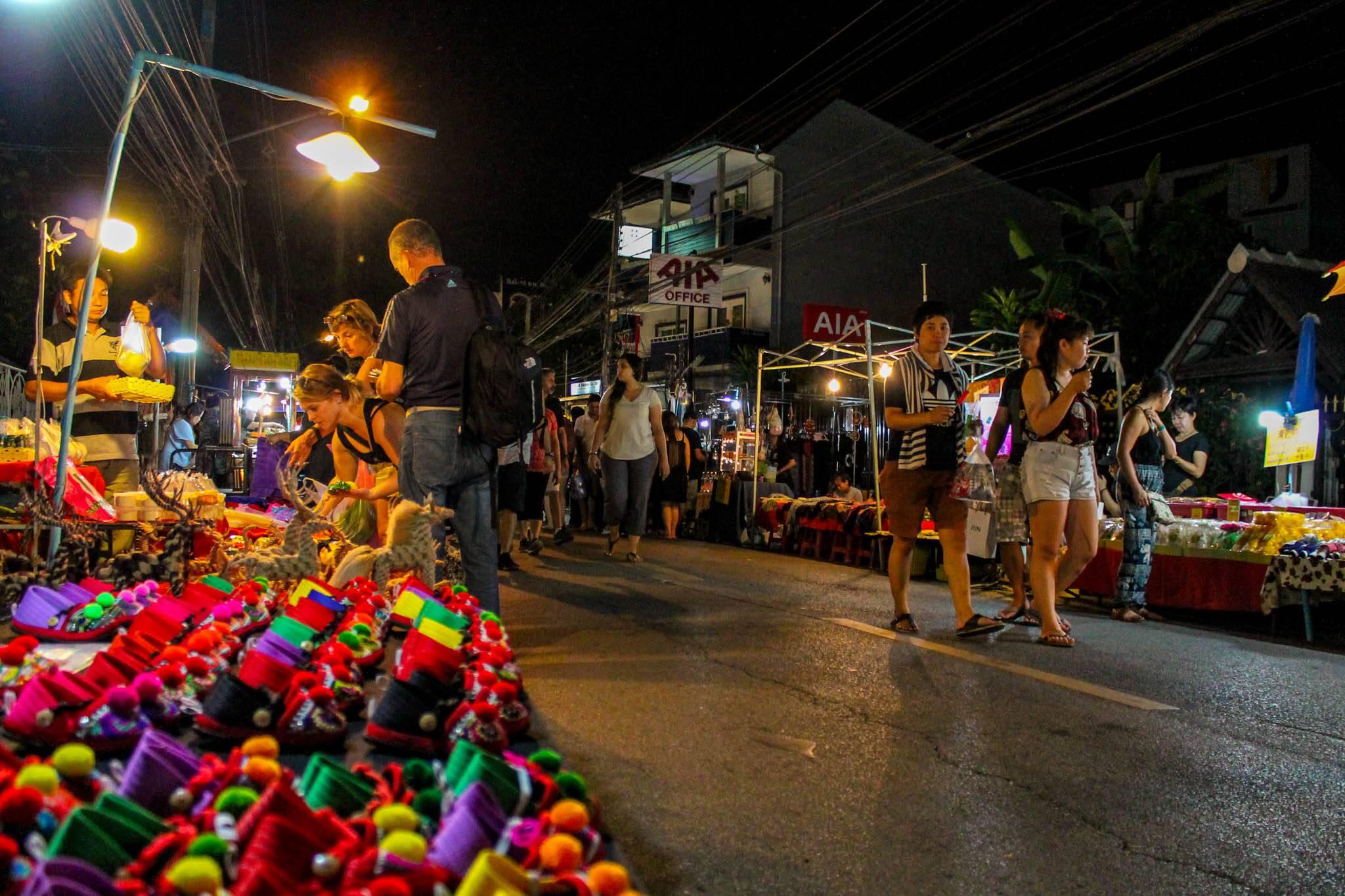 Mercado noturno de Chiang Mai | Foto: Bruno/@naproadavida - Onde ficar em Chiang Mai