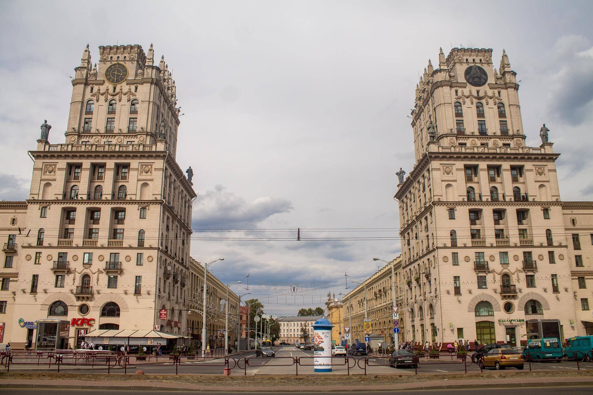 Os portões da cidade de Minsk, Bielorússia | Foto: Bruno/@naproadavida - Seguro Viagem para a Bielorrússia