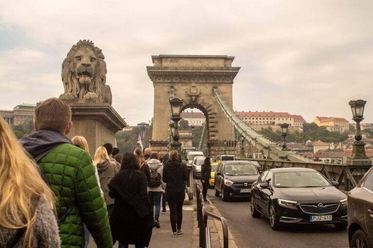 O Free Walking Tour atravessando a ponte suspensa Széchenyi Chain Bridge | Foto: Bruno/@naproadavida - O que fazer em Budapeste de graça