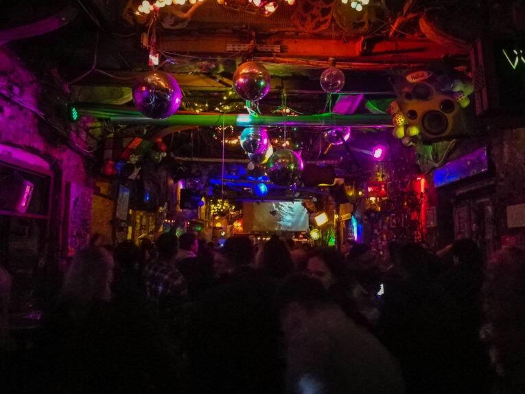 Noite agitada no Szimpla Bar, o bar nas ruínas | Foto: Bruno/@naproadavida - O que fazer em Budapeste de graça